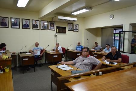 Vereadores de oposição e situação aprovam emendas que não permitem criação de mais cargos